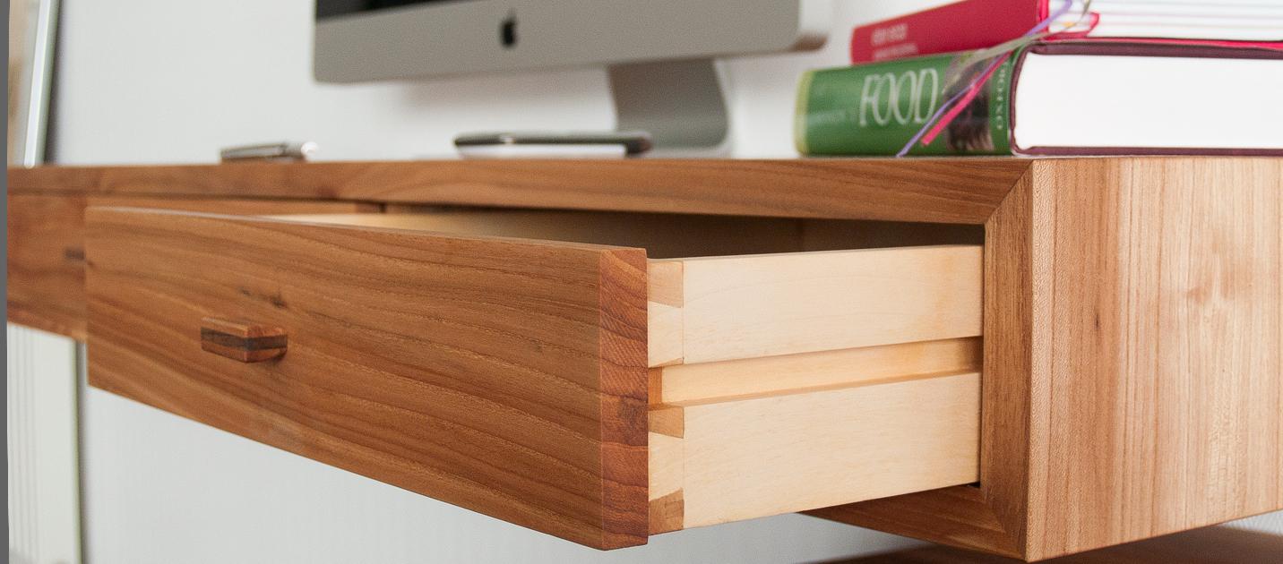 Zwevend bureau iepenhout op maat gemaakt for Ladeblok voor op bureau