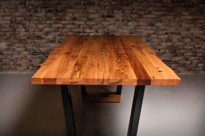 iepenhouten-tafel-met-stalen-onderstel