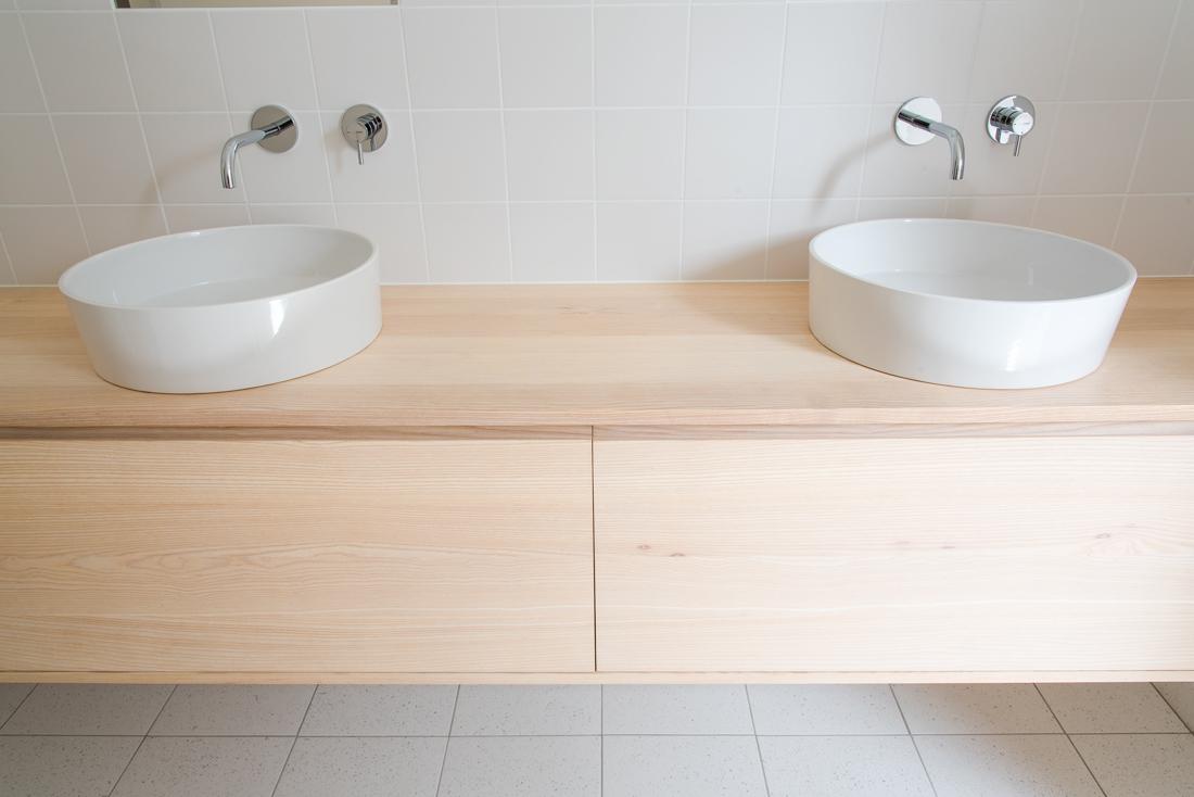 zwevend badkamermeubel essenhout op maat gemaakt van hout