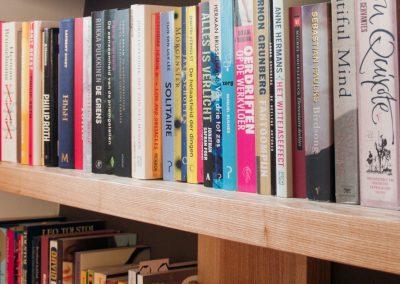 Boekenkast van essenhout