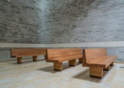 Kersenhouten banken en altaartafel MST Enschede