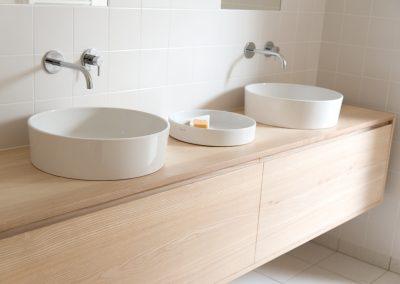 Zwevend badkamermeubel essenhout – op maat gemaakt
